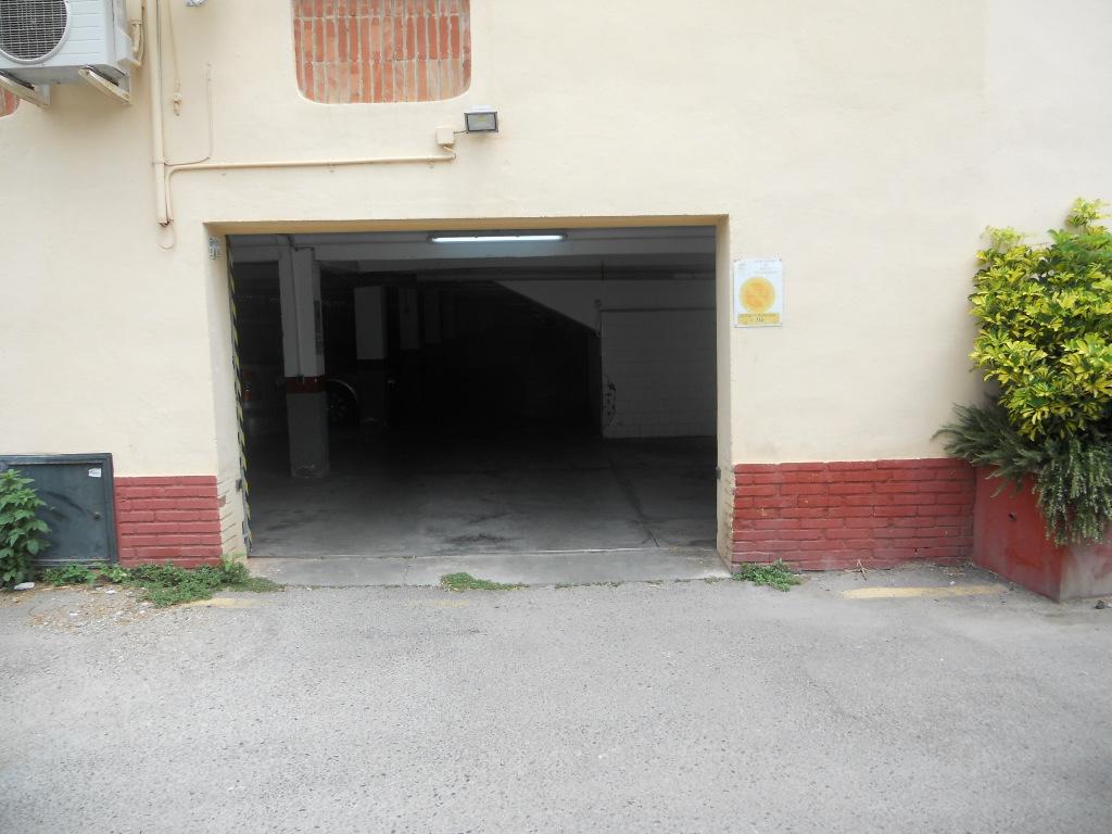 Puerta de entrada al aparcamiento comunitario