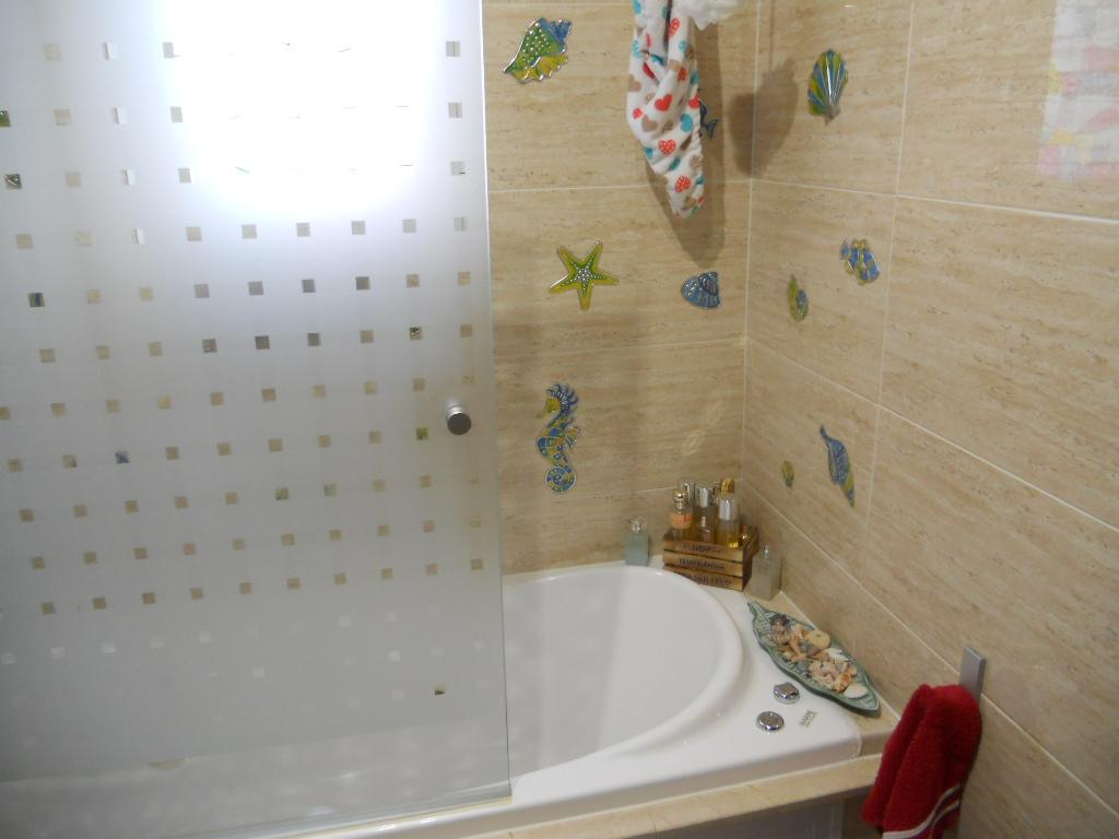 Baño completo con ventanal