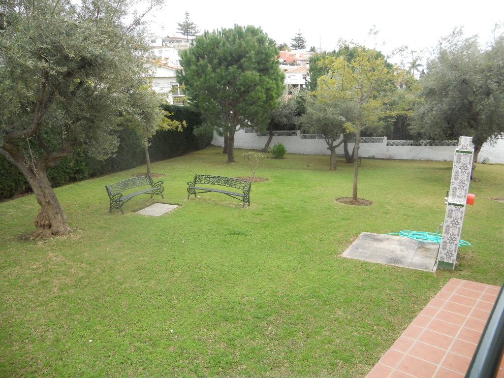 Jardín comunitario con bancos para un descanso