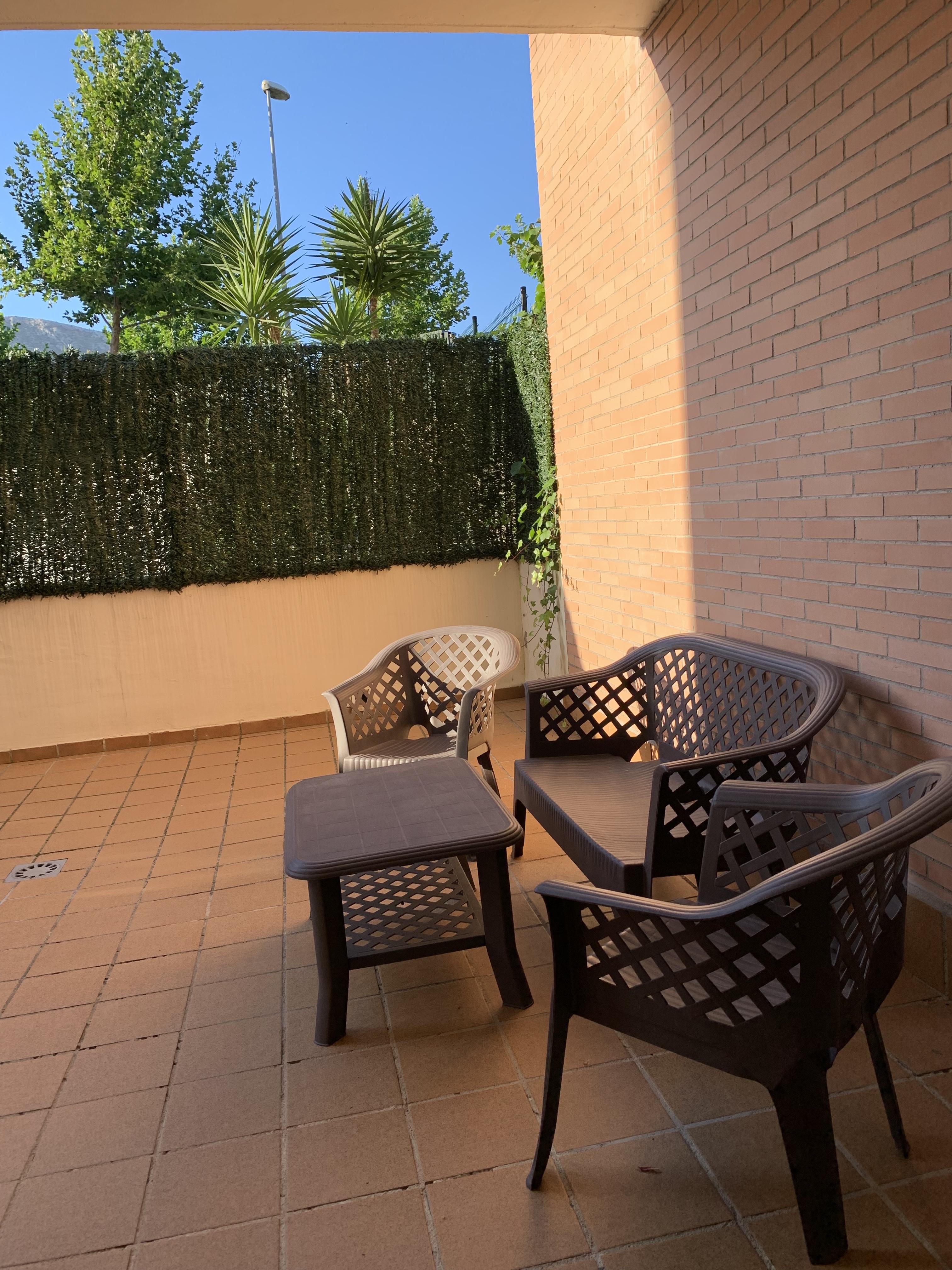 Terraza con juego de mesa y sillas